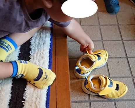 ドクターイエローの靴で靴を自分で履くようになった。