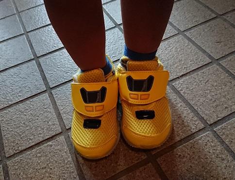 ドクターイエローの靴を履いた画像