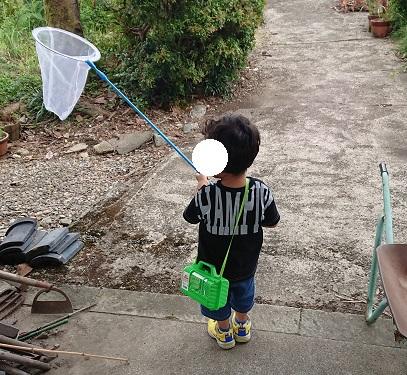 ドクターイエローの靴を履いて遊ぶ息子