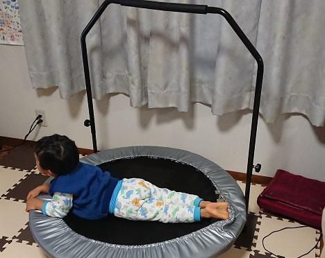トランポリンで寝る子ども