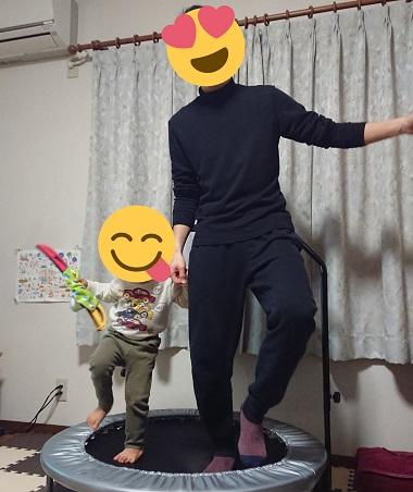 トランポリンで親子で踊る